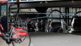 Las autoridades investigan la estación de tren de Waterloo en Londres.