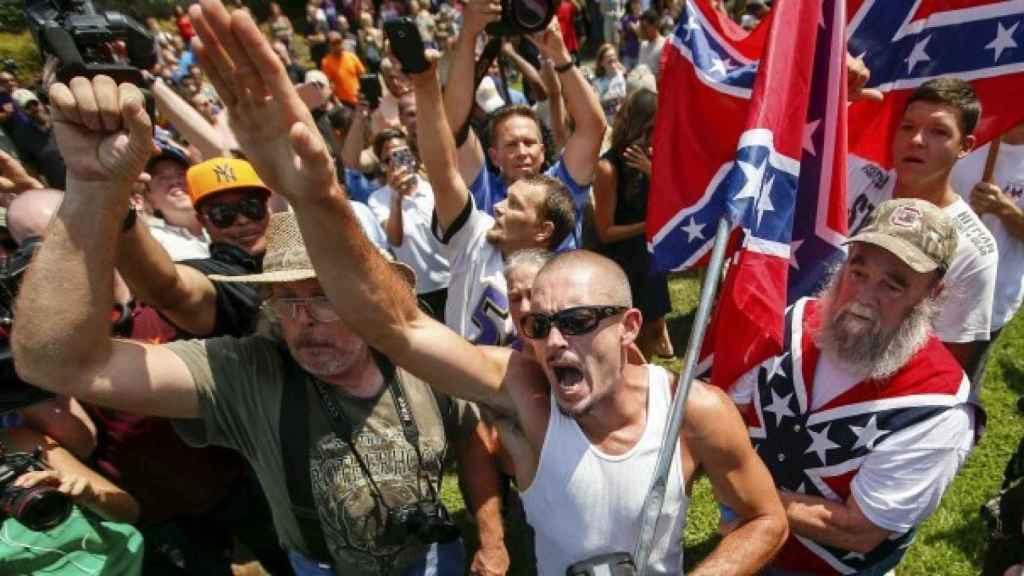 Miembros de Ku Klux Klan protestan por la retirada de la bandera confederada