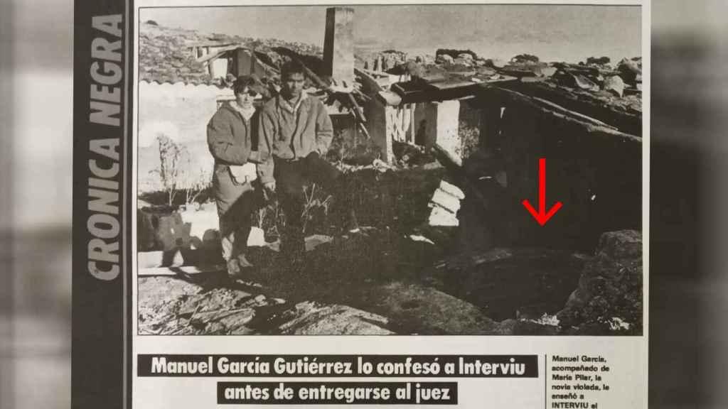 Pilar Baeza y su novio, junto al pozo al que tiraron a la víctima Manuel López.