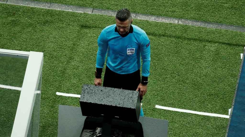 Skomina, en el VAR durante el PSG - Manchester United de la Champions