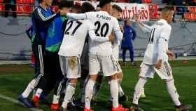Los jugadores del Real Madrid Juvenil A se abrazan tras un gol ante el Atlético de Madrid de la UEFA Youth League