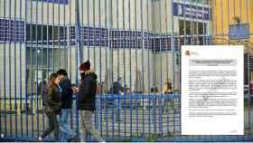 Solicitantes de asilo ante las verjas de la comisaría central de extranjería de Aluche, en Madrid.