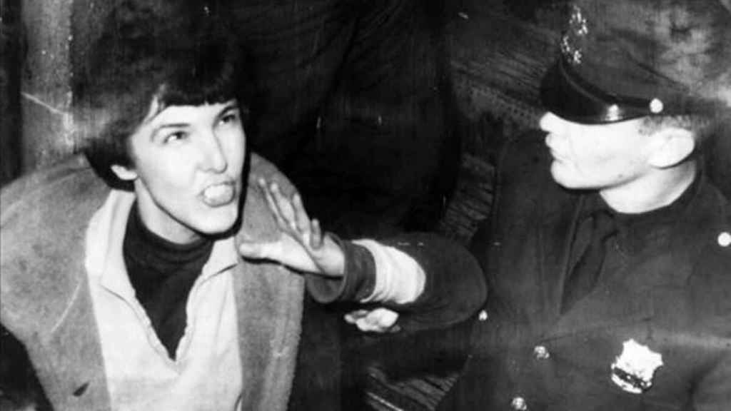 Valerie Solanas detenida por la policía.