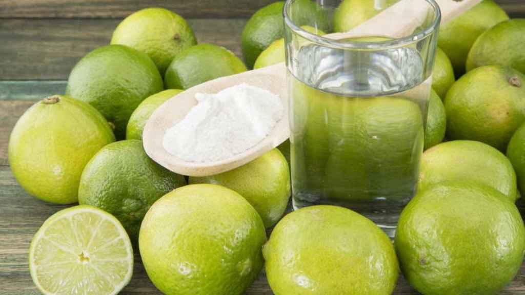 Un vaso de bicarbonato con limón dispuesto para ser tomado en ayunas, como mandan los cánones.