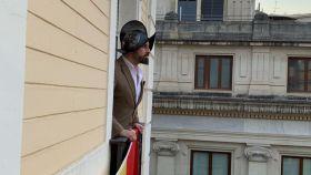 Santiago Abascal con un morrión sobre la cabeza.