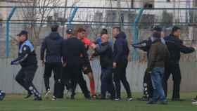 La policía albanesa intenta separar a varios ultras y el árbitro. Foto: Twitter (@starplus_tv)