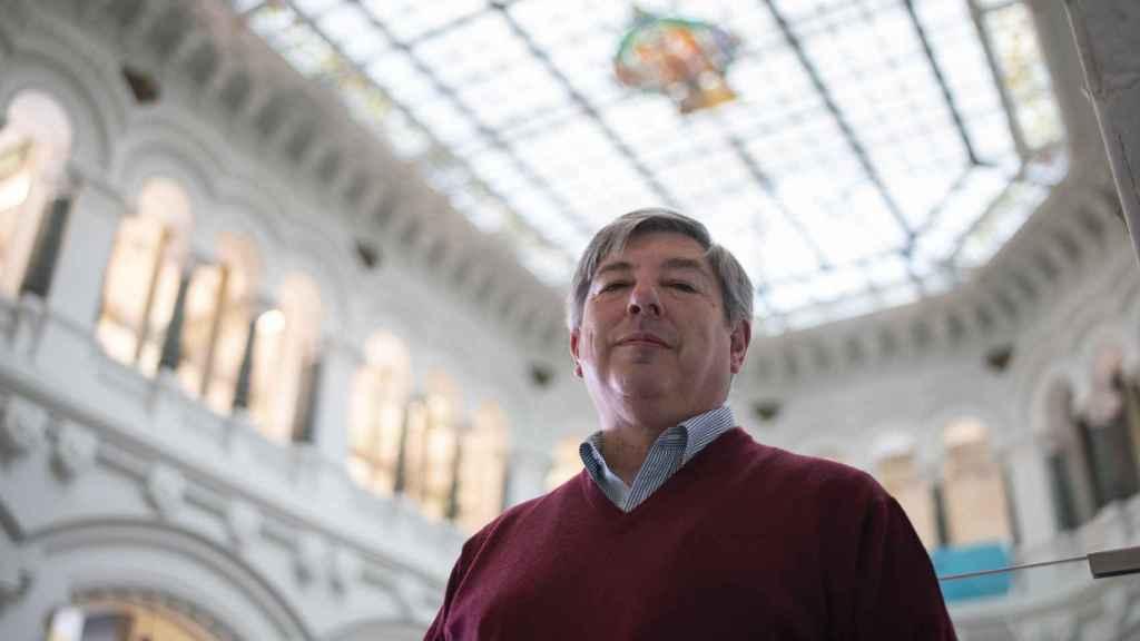 El sociólogo, con la luminaria del Ayuntamiento de Madrid y su escudo.