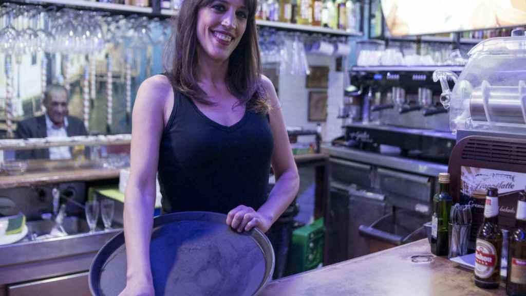 La ex gran hermana en la cafetría de Getafe donde trabaja desde hace años.