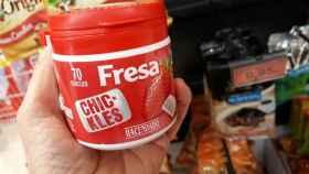 Unos chicles de fresa de la marca Hacendado.