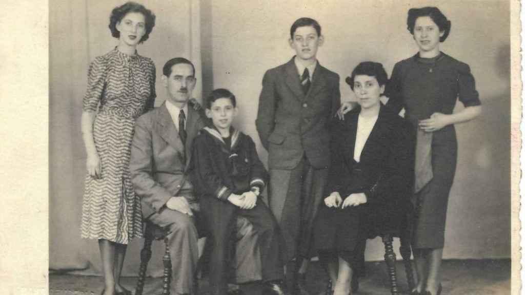 Fotografía de la familia Kleinmann en 1938. Gustav aparece sentado y Fritz de pie.