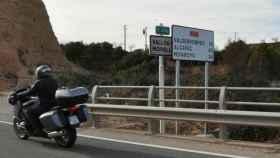 Cartel en castellano que tapa el cartel en catalán en la T-333