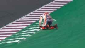 Lorenzo se cae en Losail
