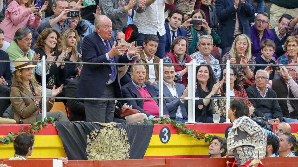 La infanta Elena y el rey Juan Carlos I en pie en Illescas.