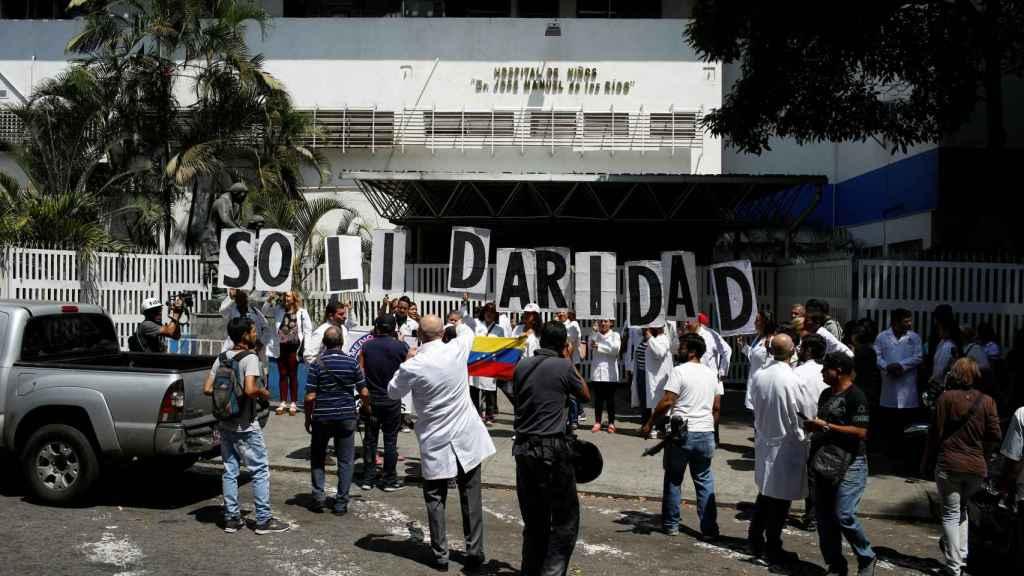 Sanitarios se manifiestan frente a un hospital durante el apagón