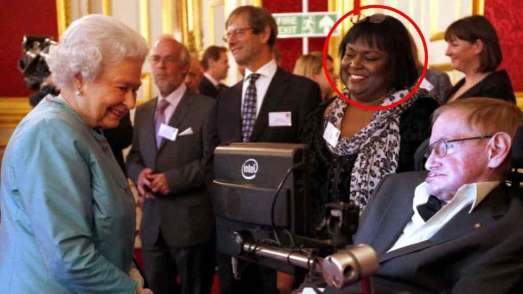 Patricia Dowdry junto a Stephen Hawking en Buckingham en 2014.