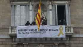 Fachada de la Generalitat con la simbología prohibida por la JEC.