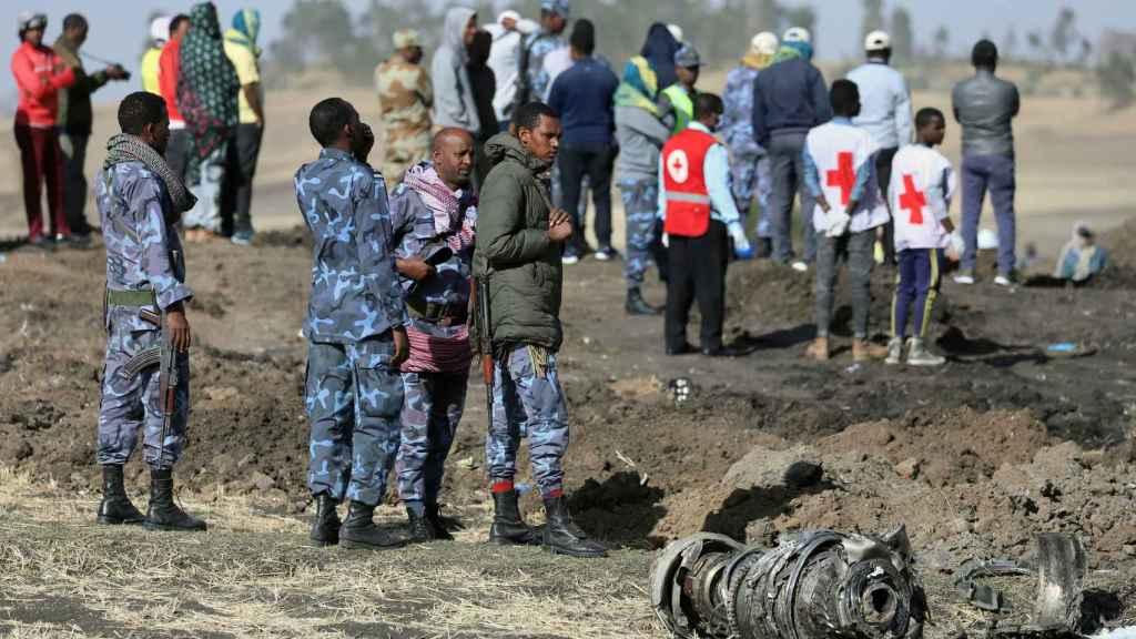 Equipos de rescate y auxilio entre los restos del avión en Etiopía.