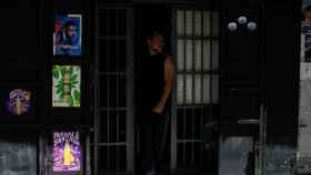Un hombre sale de un establecimiento durante el apagón