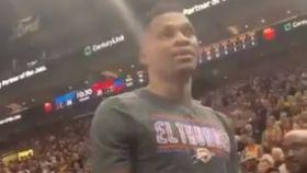 Rusell Westbrook encarándose con un aficionado de los Utah Jazz