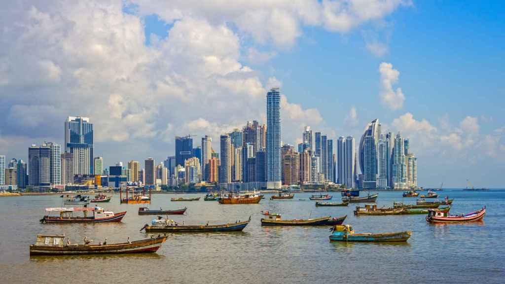 'Skyline' de la capital, con los pesqueros tradicionales en contraste con los modernos rascacielos.