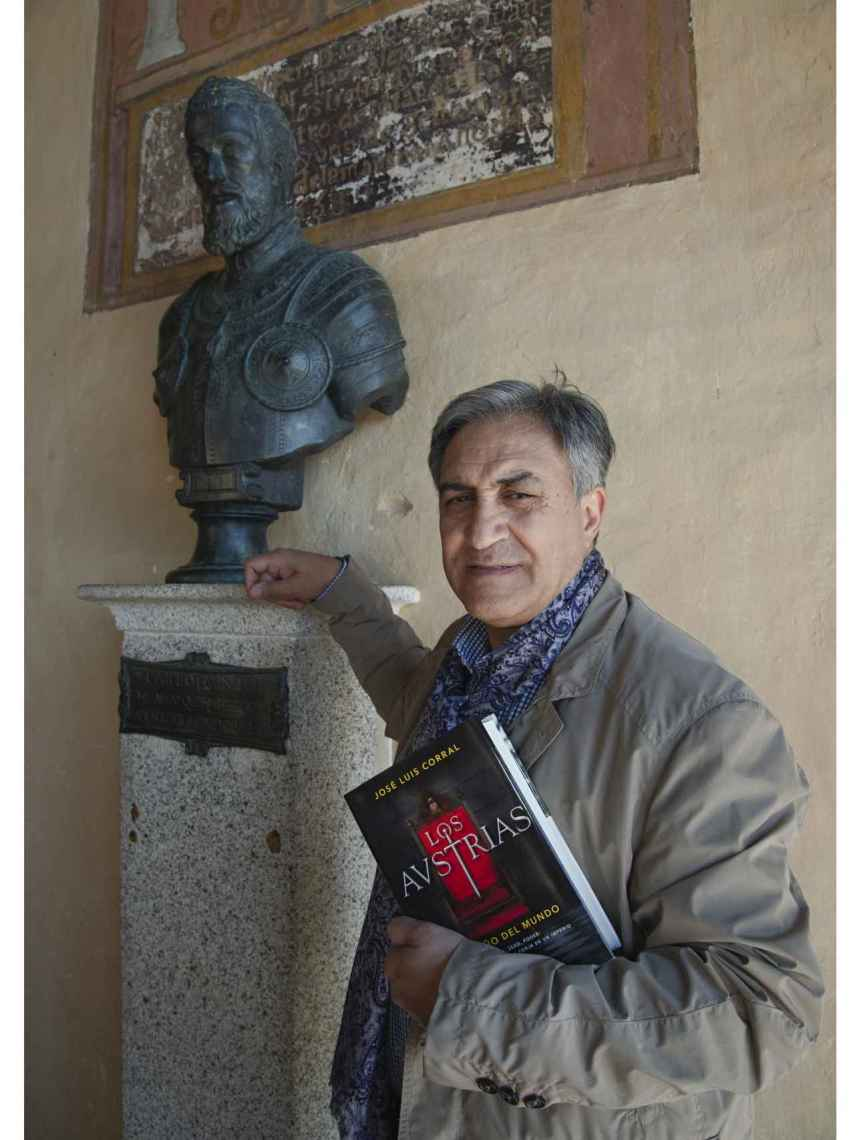 Corral al lado de un busto de Carlos V en Yuste.