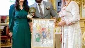 Cruz Sánchez de Lara, consejera de EL ESPAÑOL, recibe su premio de manos de la organizadora Soumaya Akhib.