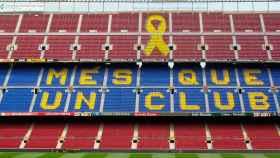 El Camp Nou con el lazo amarillo en sus gradas. Foto: mesqueunllac.cat