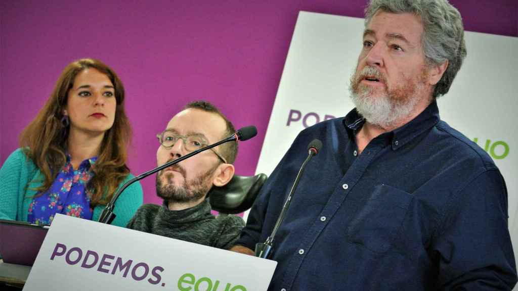 Juan López Uralde, líder de Equo, junto a Pablo Echenique y Noelia Vera, portavoces de Podemos.