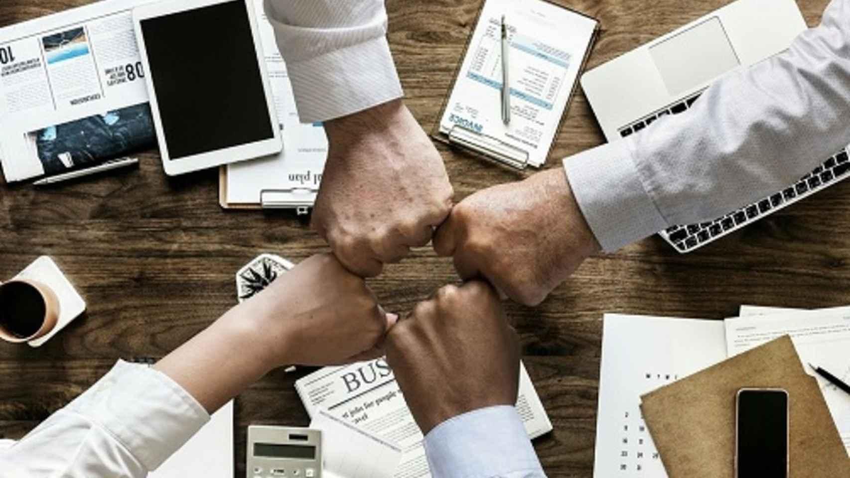 Imagen de archivo de unas manos formando equipo.