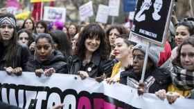 Las actrices Asia Argento y Rose McGowan participan en una marcha por la igualdad durante la celebración del día internacional de la mujer en Roma.