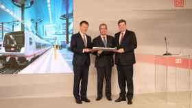 De izquierda a derecha: Richard Lutz (CEO de Deutsche Bahn), José María Oriol (CEO de Talgo) y Enak Ferlemann, Secretario de Estado Parlamentario del Ministerio Federal de Transporte.