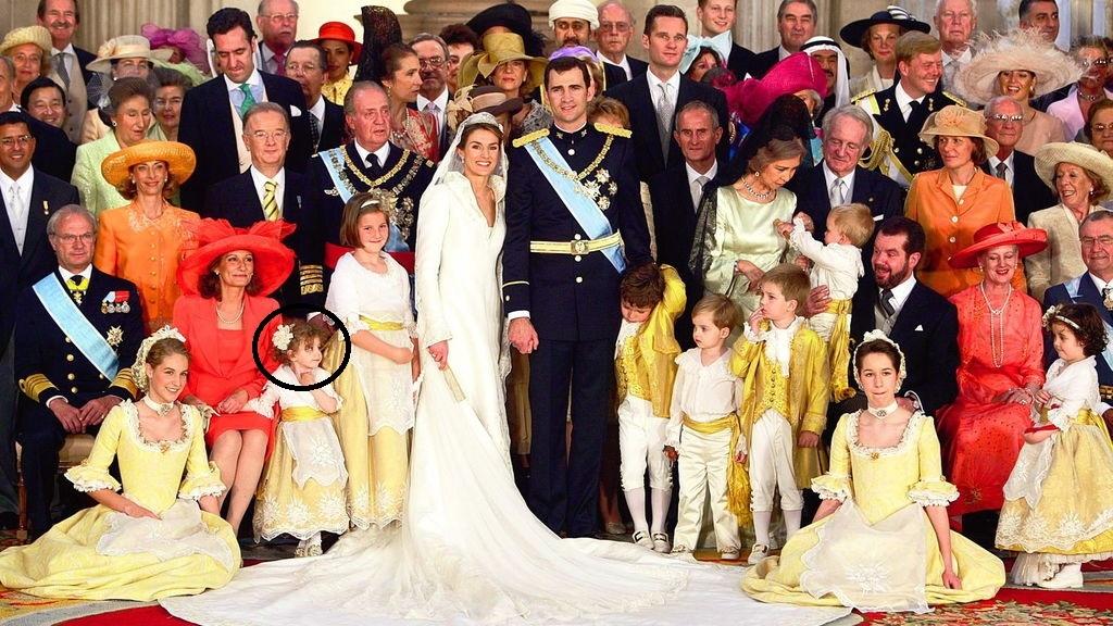 Foto oficial de la familia de Felipe y Letizia el día de su boda.