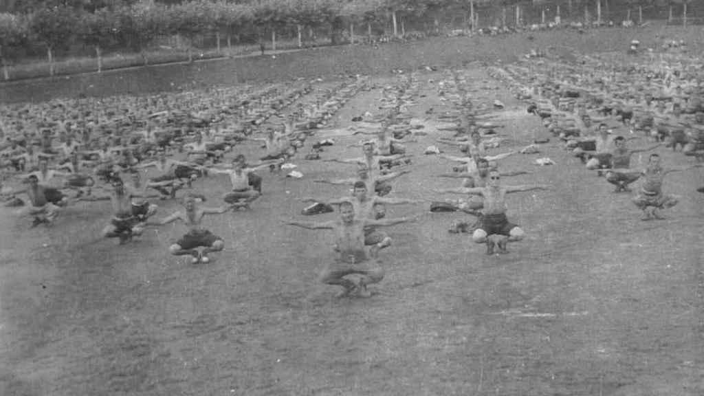 Prisioneros de un campo cántabro haciendo gimnasia. La sesión fue preparada para tomar fotografías de cara a un reportaje elaborado por el servicio de propaganda franquista.