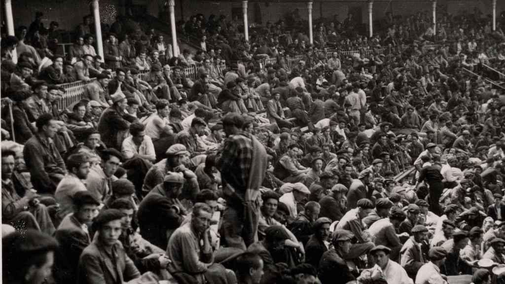 Los prisioneros abarrotan el campo de concentración habilitado en la plaza de toros de Santander.