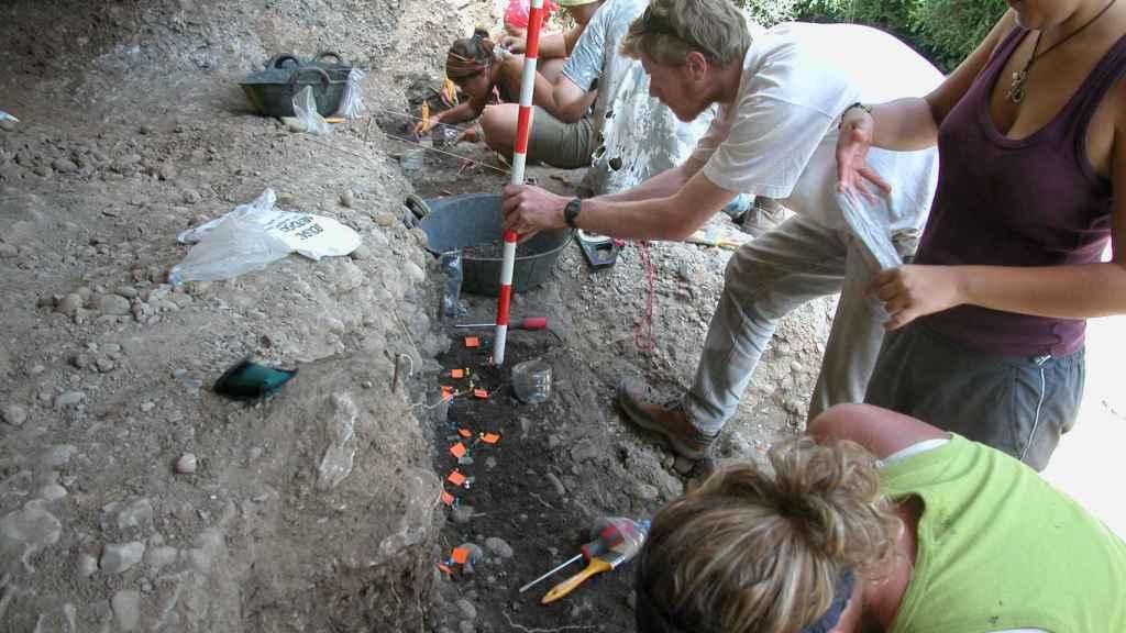 Excavación en Balma Guilanyà. CELL PRESS