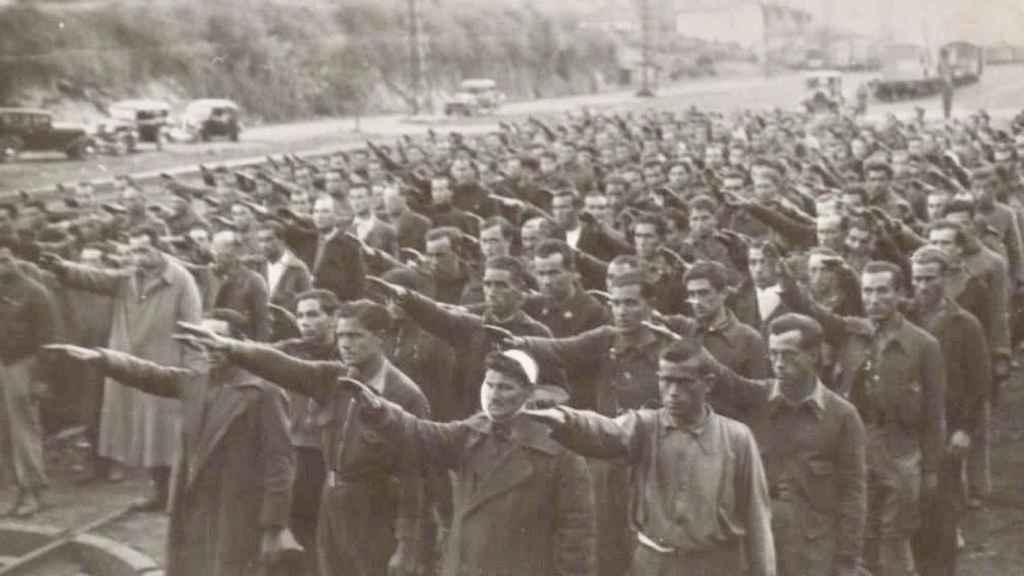 Prisioneros haciendo el saludo fascista en el campo de concentración de Irún, en Guipúzcoa
