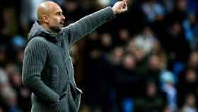 Pep Guardiola, dirigiendo al Manchester City ante el Schalke 04 en Champions League