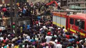 Los equipos de rescate en el colegio derrumbado en Lagos (Nigeria)