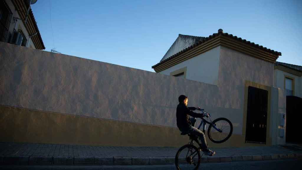 El pequeño, con su bicicleta por las calles de Lebrija, Sevilla.