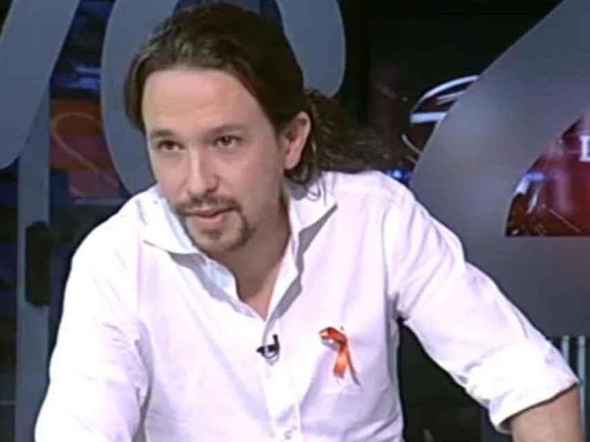 Iglesias, durante la famosa entrevista en TVE, luciendo el lazo en apoyo de los trabajadores de la cadena.
