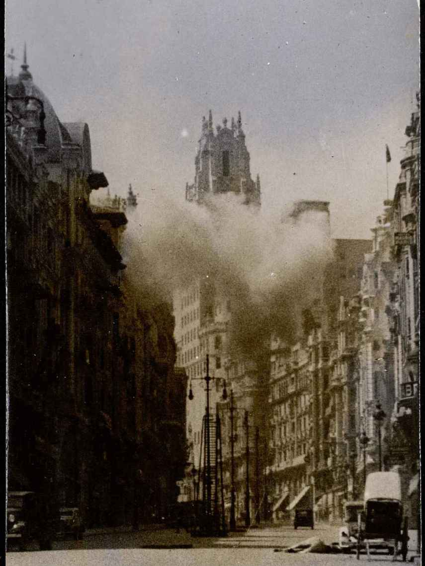 El edificio de la Telefónica, durante un bombardeo.
