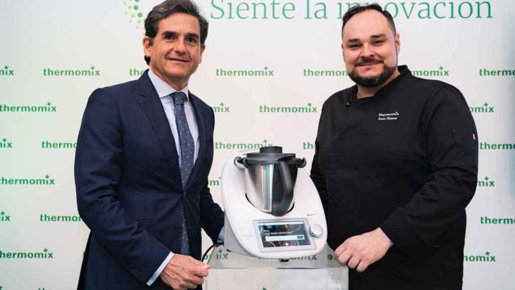 Ignacio Fernández-Simal, director general de Thermomix España e Isaac Ramos, del equipo de I+D de la compañía.