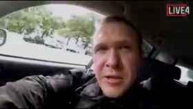 El atacante, durante el atentado en directo.