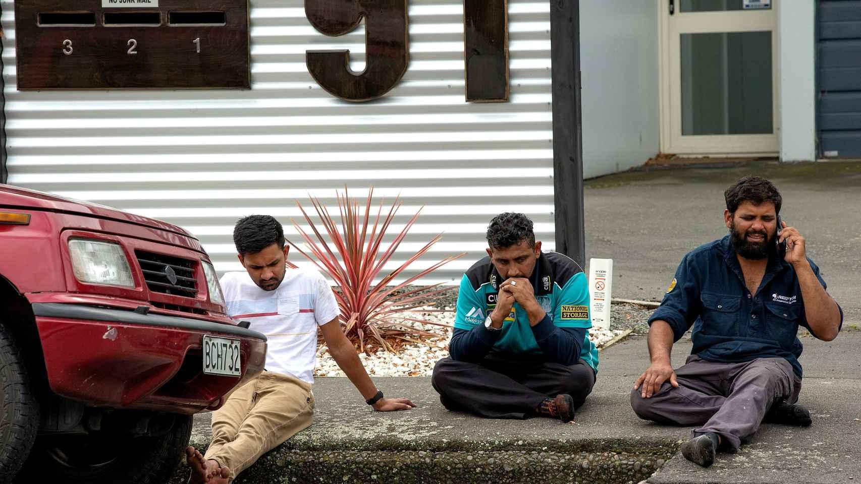 Varias personas afligidas tras el tiroteo en la mezquita de Al Noor en Christchurch
