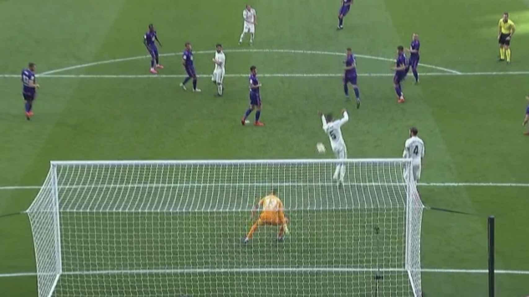 Gol anulado al Real Madrid por fuera de juego de Varane