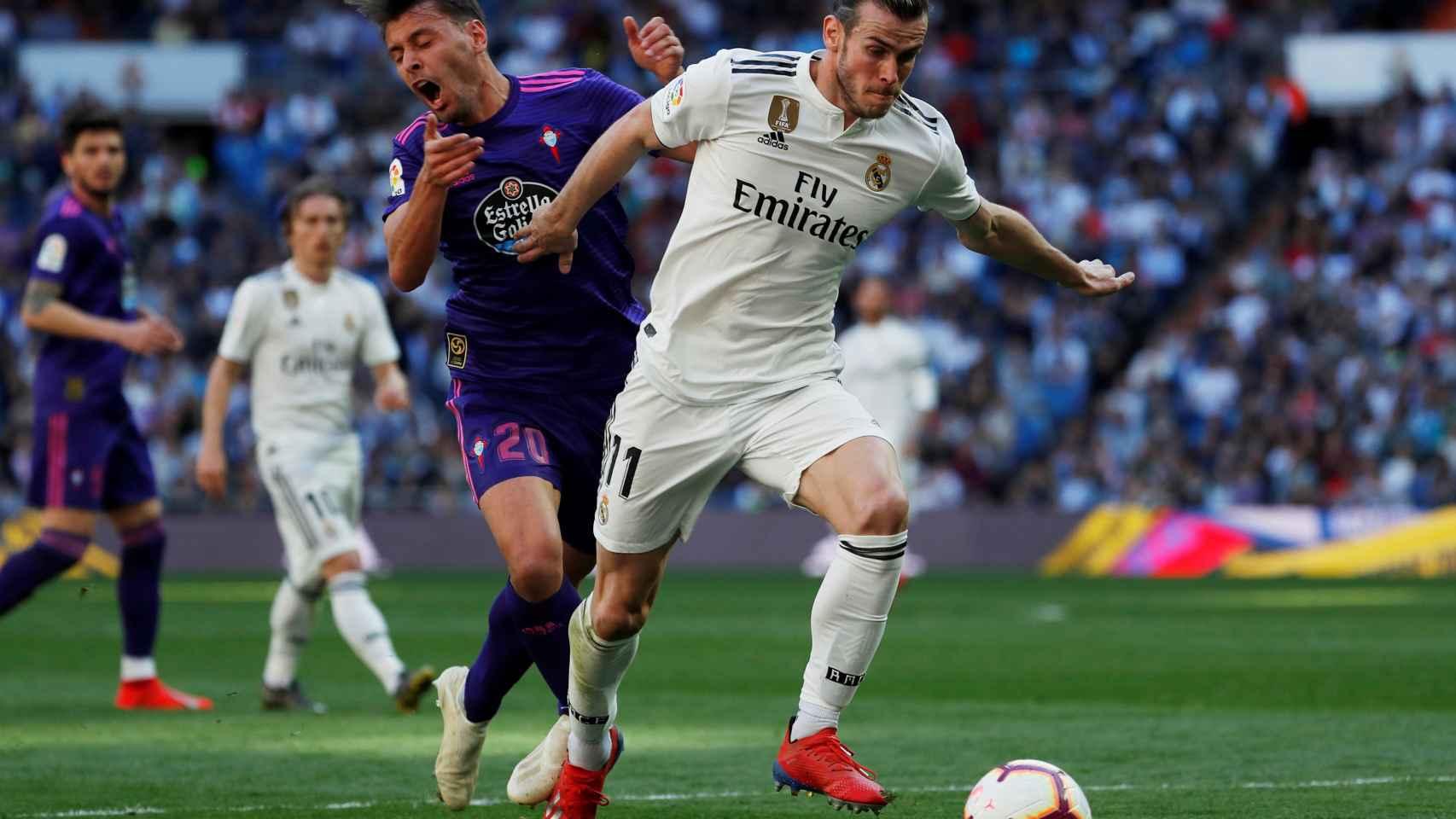Gareth Bale se deshace de un jugador del Celta