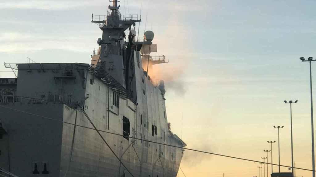 Nube de humo en el Juan Carlos I de la Armada.