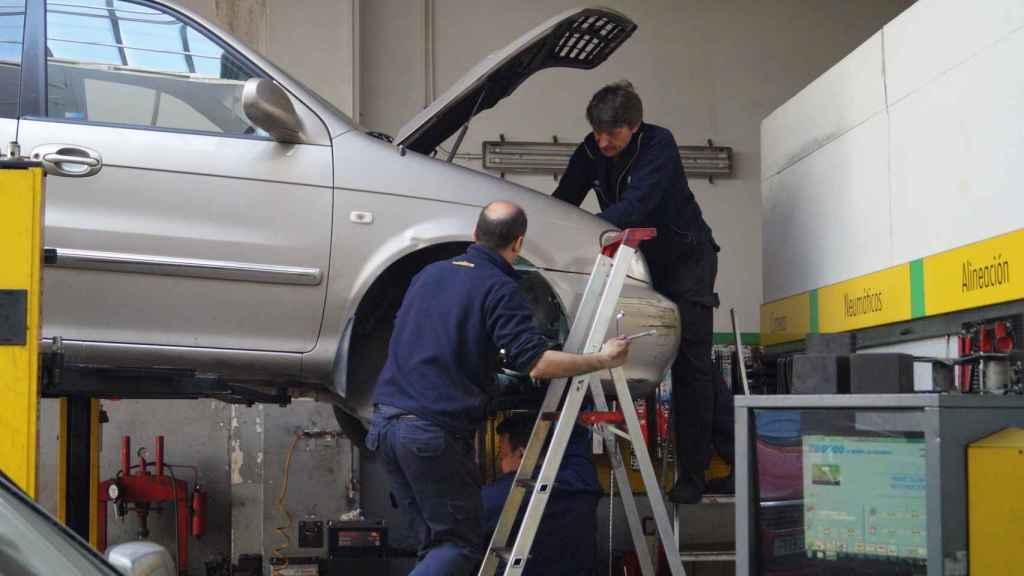 Mecánicos del taller Pérez Illán arreglando un vehículo