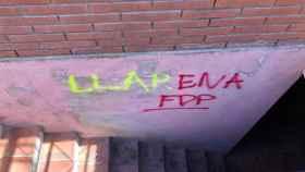 Una de las nuevas pintadas que este domingo han aparecido en la casa del juez Pablo Llarena.