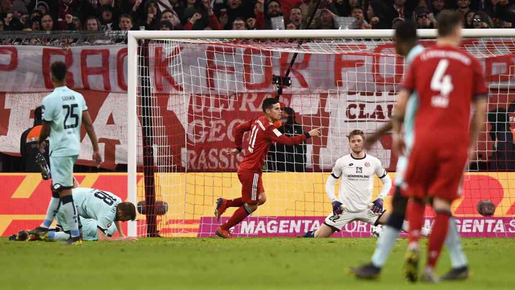 James celebra un gol contra el Mainz